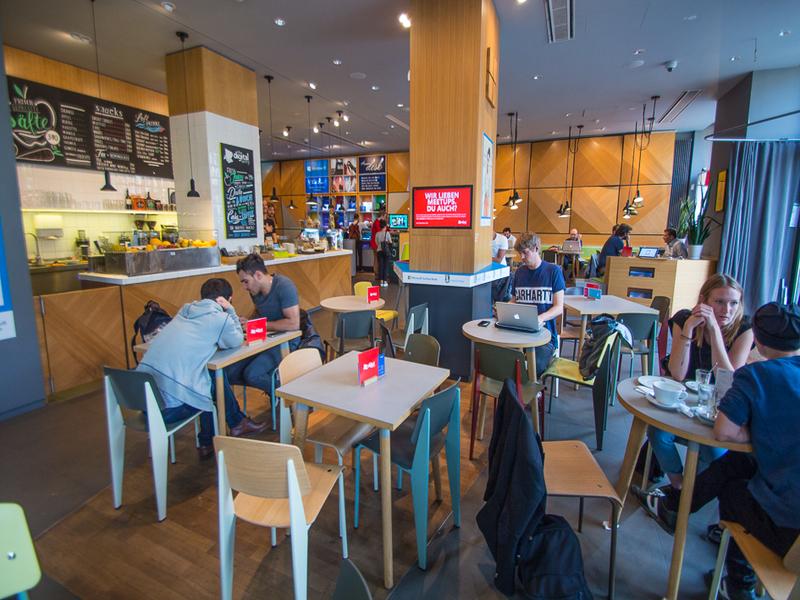 espaço aconchegante de um café com pessoas trabalhando no computador