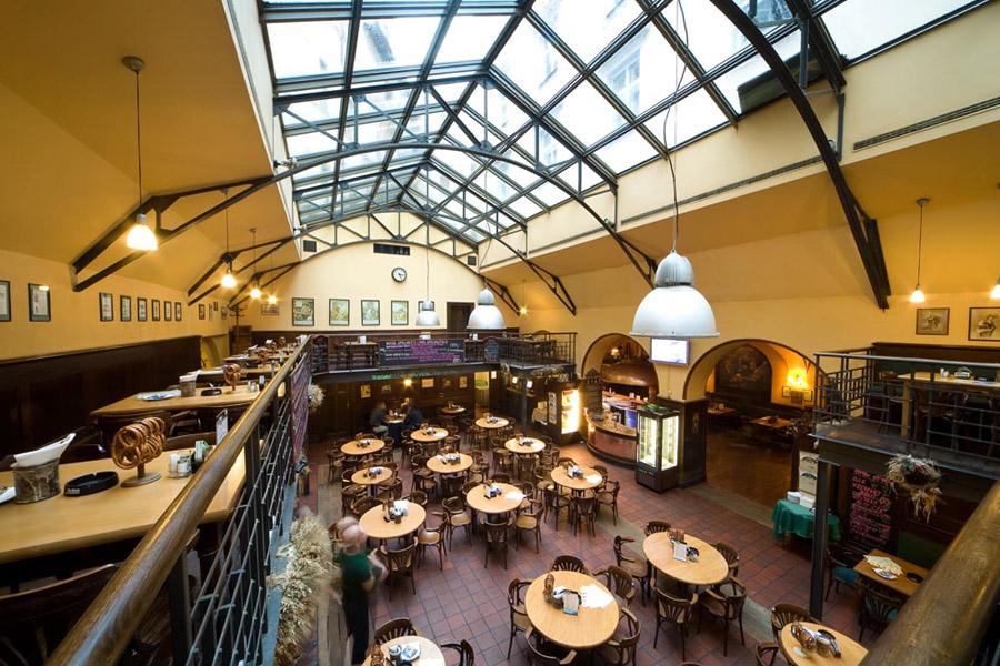 ambiente descontraído de uma típica cervejaria e/ou restaurante tcheco