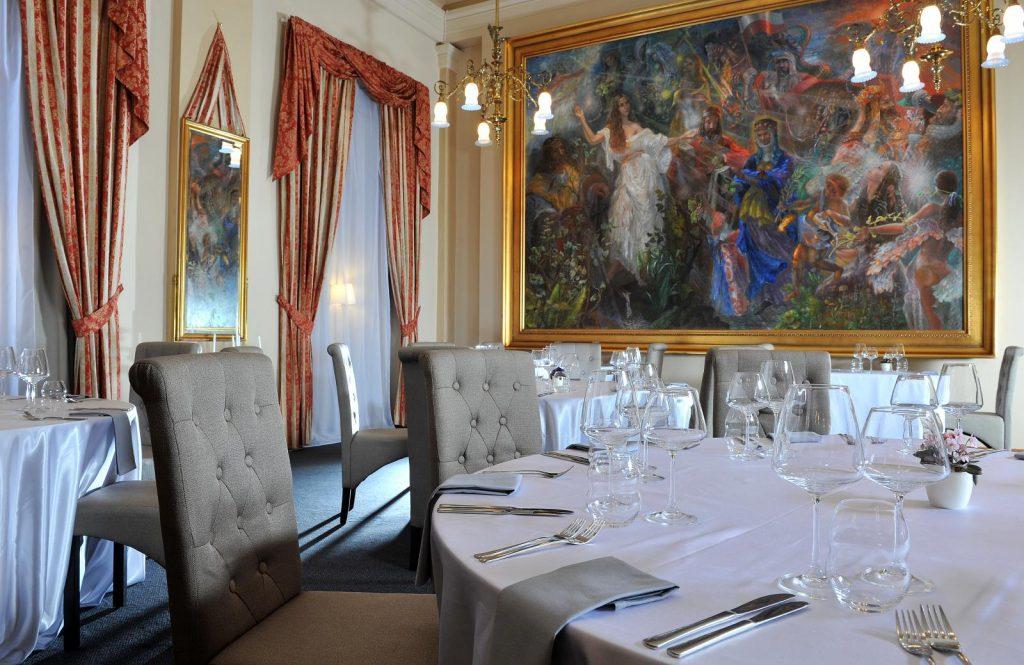 Mesa primorosamente preparada para um jantar no restaurante do palácio Zofín, em Praga
