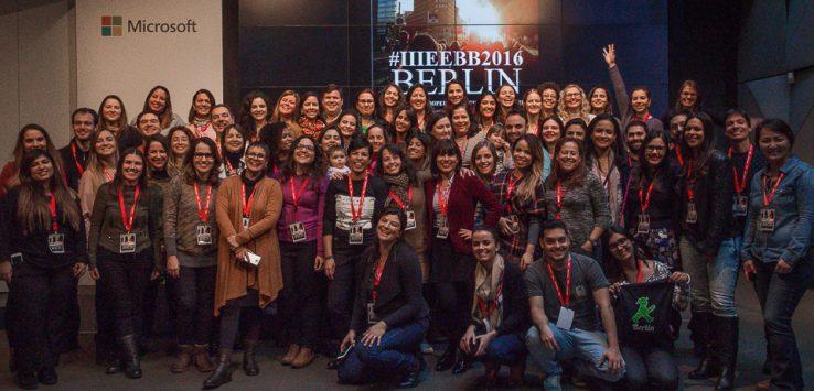 60 blogueiros reunidos em frente ao palco do IIIEEBB2016