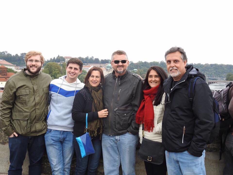 Clientes do blog Praga Boêmia posando para uma foto na Ponte Carlos de Praga