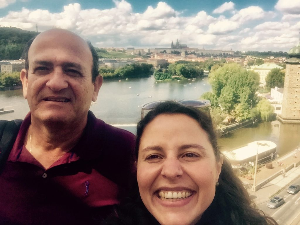 Cliente do blog, Eduardo Porto comigo, Raquel, autora do blog, com a vista panorâmica de Praga do alto do café da Casa Dançante