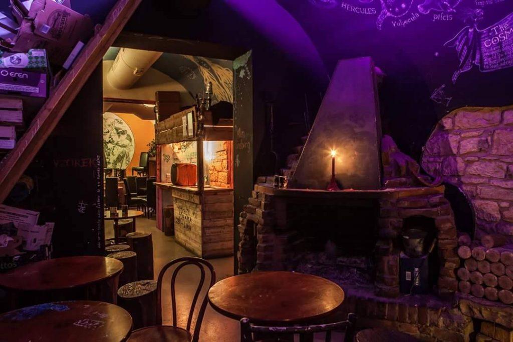 Decoração rústica com iluminação indireta e velas do bar Vzorkovna em Praga