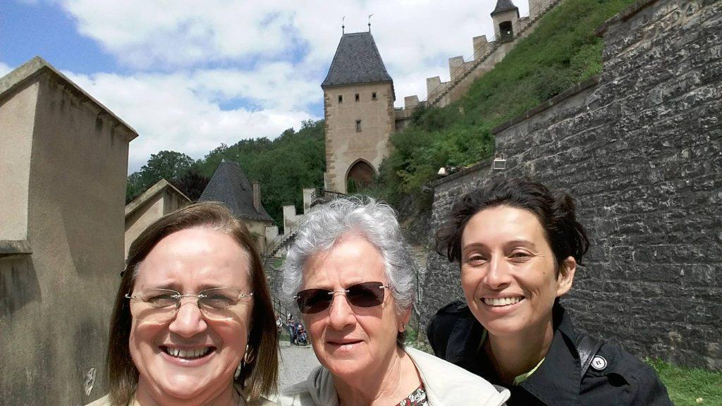 Clientes do blog, Maricê e dona Elci, acompanhadas da guia Ana Mejzr na visita ao castelo de Karlštejn