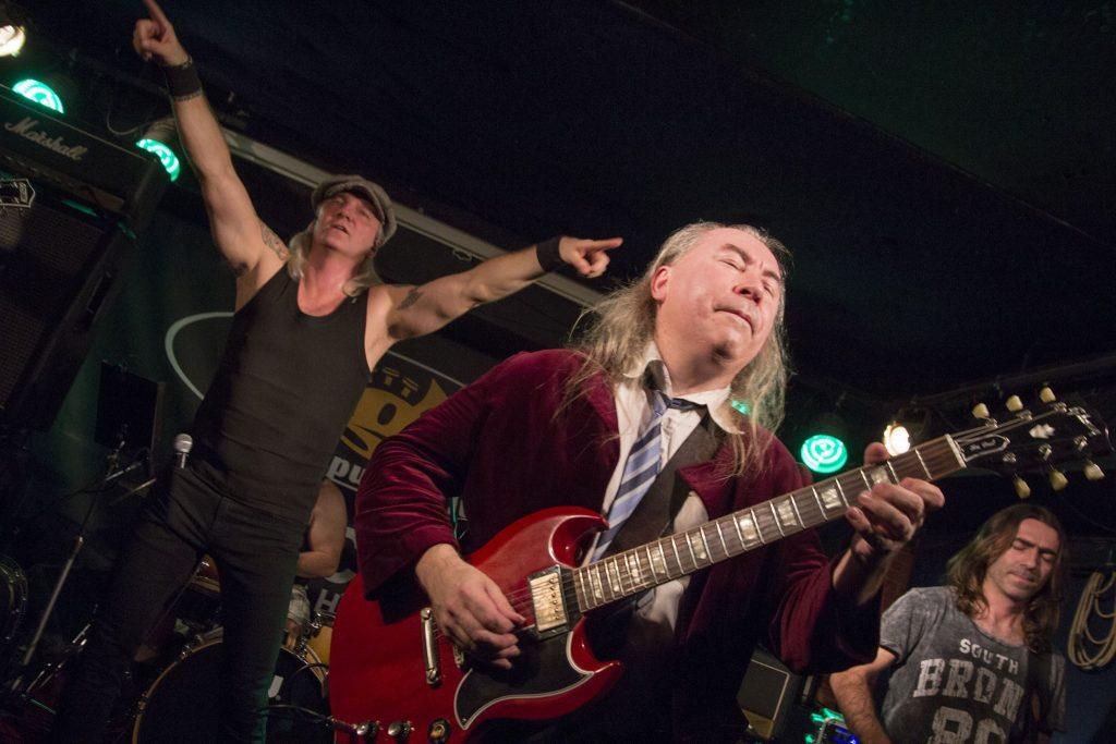 performance de uma banda de rock no bar Vagon em Praga
