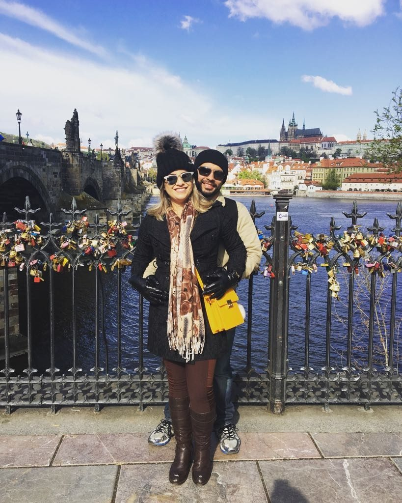 O casal de clientes Bruno e Aline durante o tour em português em Praga, República Tcheca