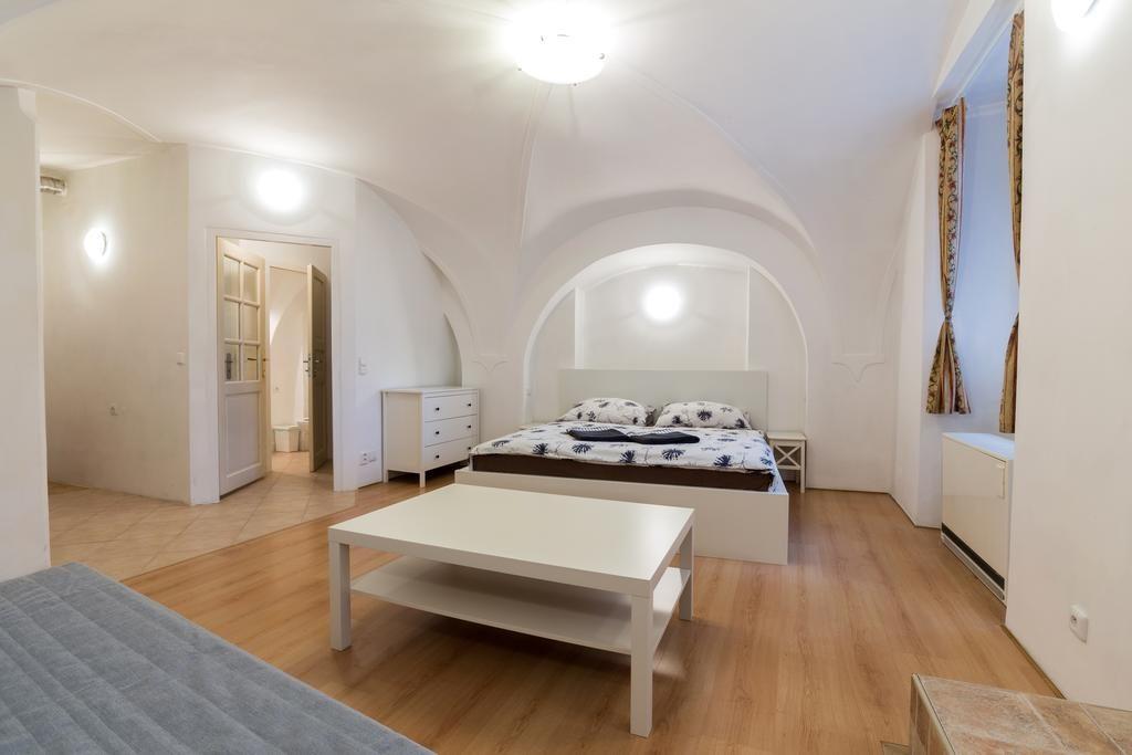 Quarto de hostel em Praga, com arquitetura antiga em arcos e bem espaçoso