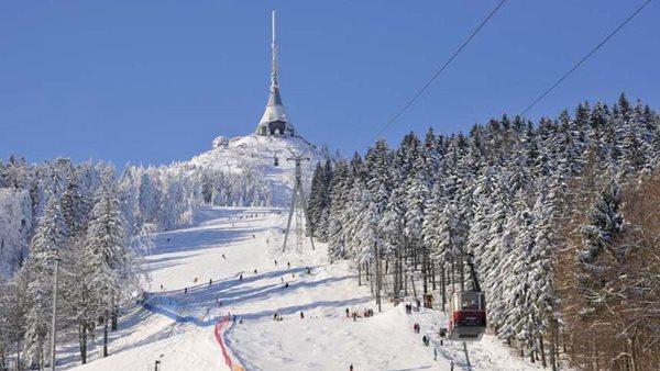 Pista de esqui coberta de neve na República Tcheca