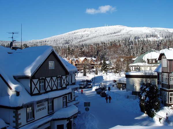 Estação de esqui na República Tcheca: na imagem uma pequena vila de esqui coberta de neve
