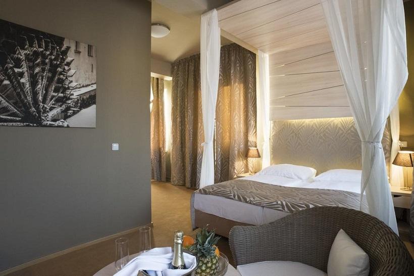 Quarto de hotel em Praga, decorado com bom gosto e requinte