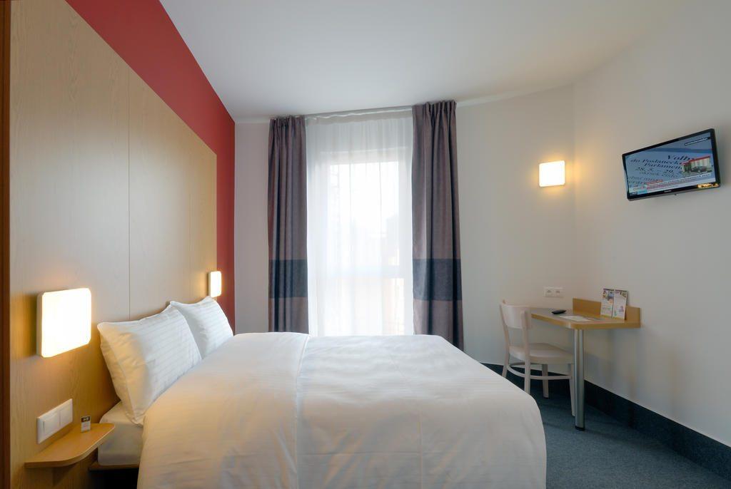 Quarto de hotel em Praga com decoração mais padrão, estilo Ibis