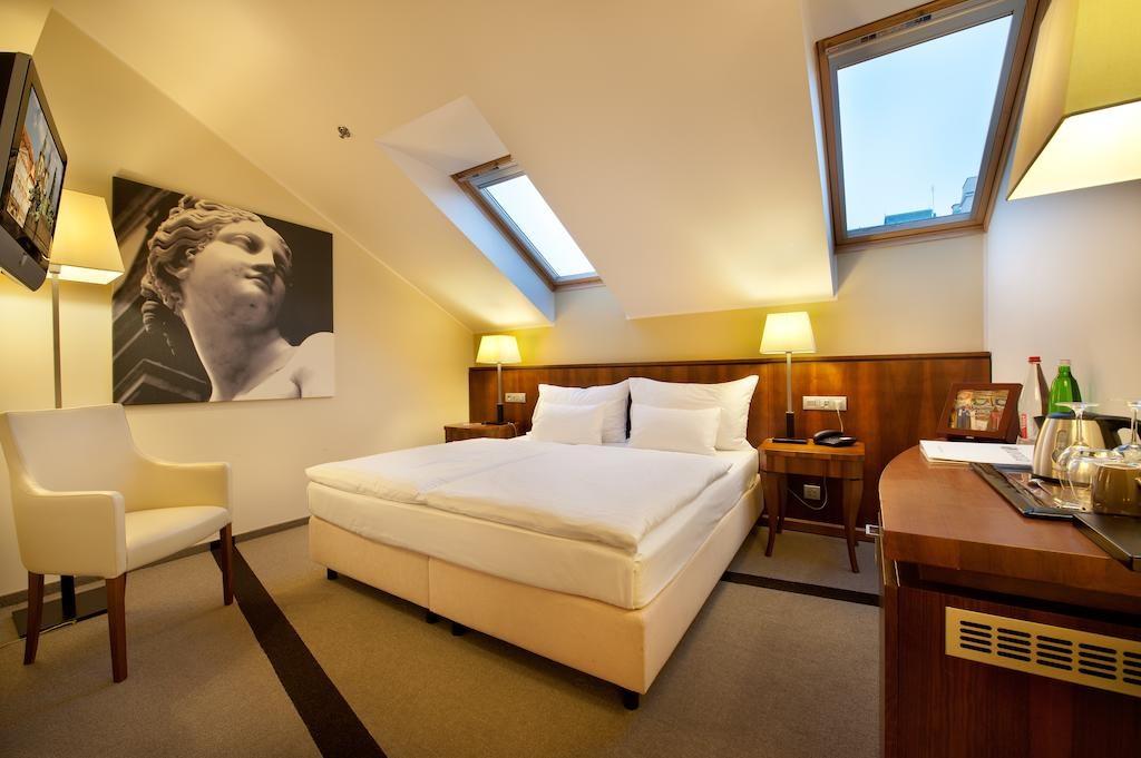 Quarto de hotel de casal em Praga com decoração mais clássica e requintada