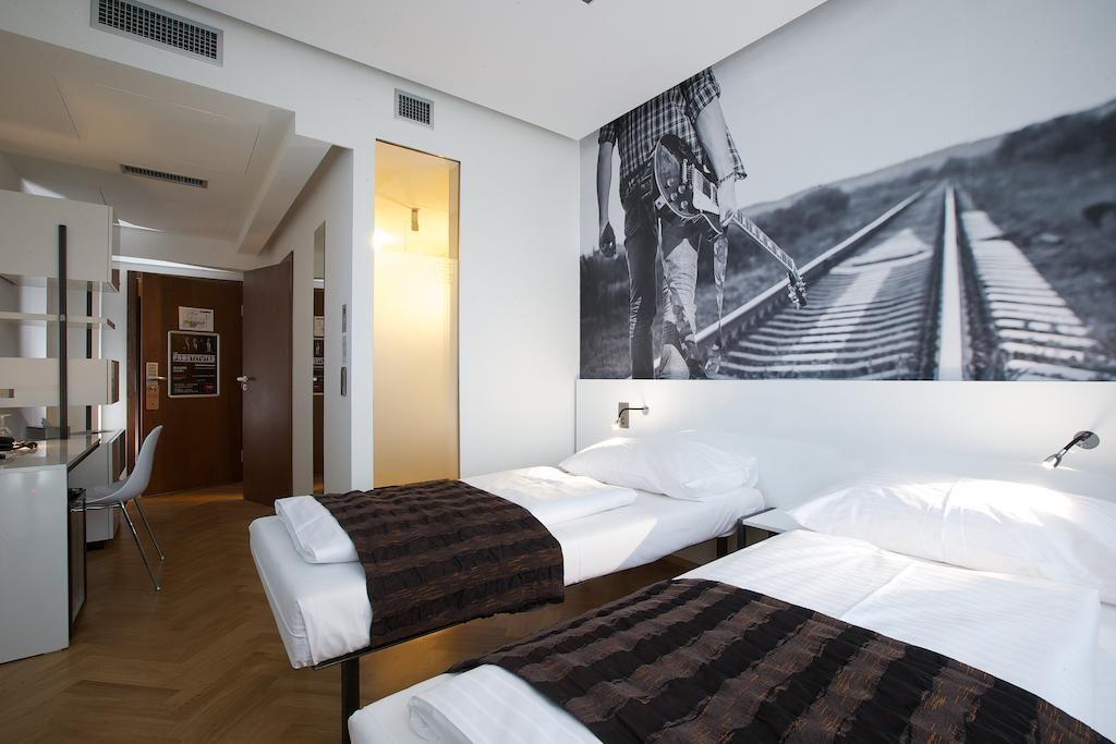 Quarto de hotel em Praga, decorado de forma mais moderna com mais conceito de design