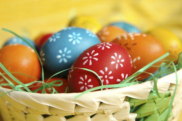 Ovos coloridos e decorados em um cesto fazem parte da tradição tcheca de Páscoa.
