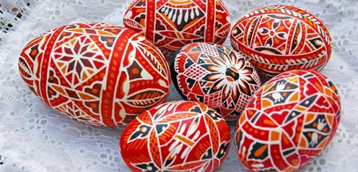 Ovos de galinha vazios decorados, parte da tradição tcheca da Páscoa