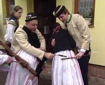 Mulher sendo simbolicamente chicoteada durante as tradições tchecas de Páscoa