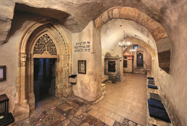 Interior da sinagoga Velha Nova, construída em pedra gótica, em Praga, República Tcheca