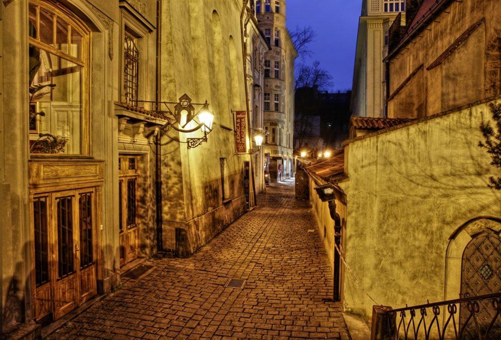 Rua que dá acesso a Velha-Nova Sinagoga em Praga