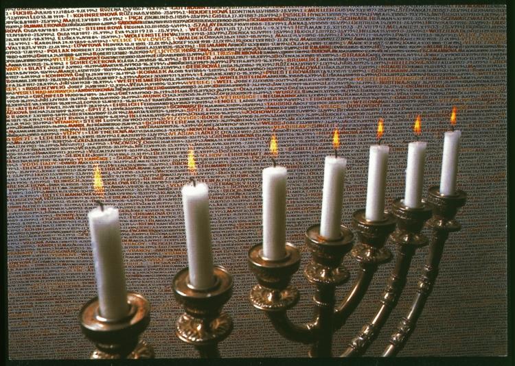 Parede com 80 mill nomes de judeus tchecos mortos inscritos a mão entre os anos de 1992 a 1996 na sinagoga de Pinkas em Praga, República Tcheca