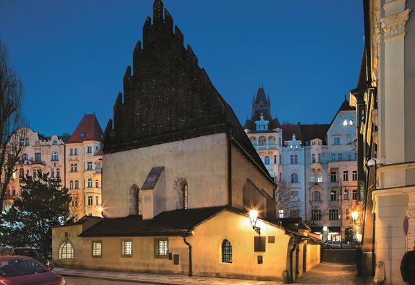 Edifício retangular da sinagoga Velha-Nova, construído em pedra gótica em 1270, em Praga.