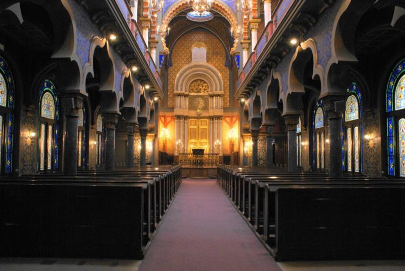 Interior da sinagoga de Jerusalém em estilo modernista vienês, localizada em Praga, República Tcheca