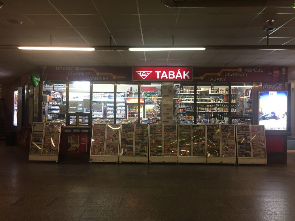 Tabacaria instalada no espaço interno do acesso ao metrô de Praga