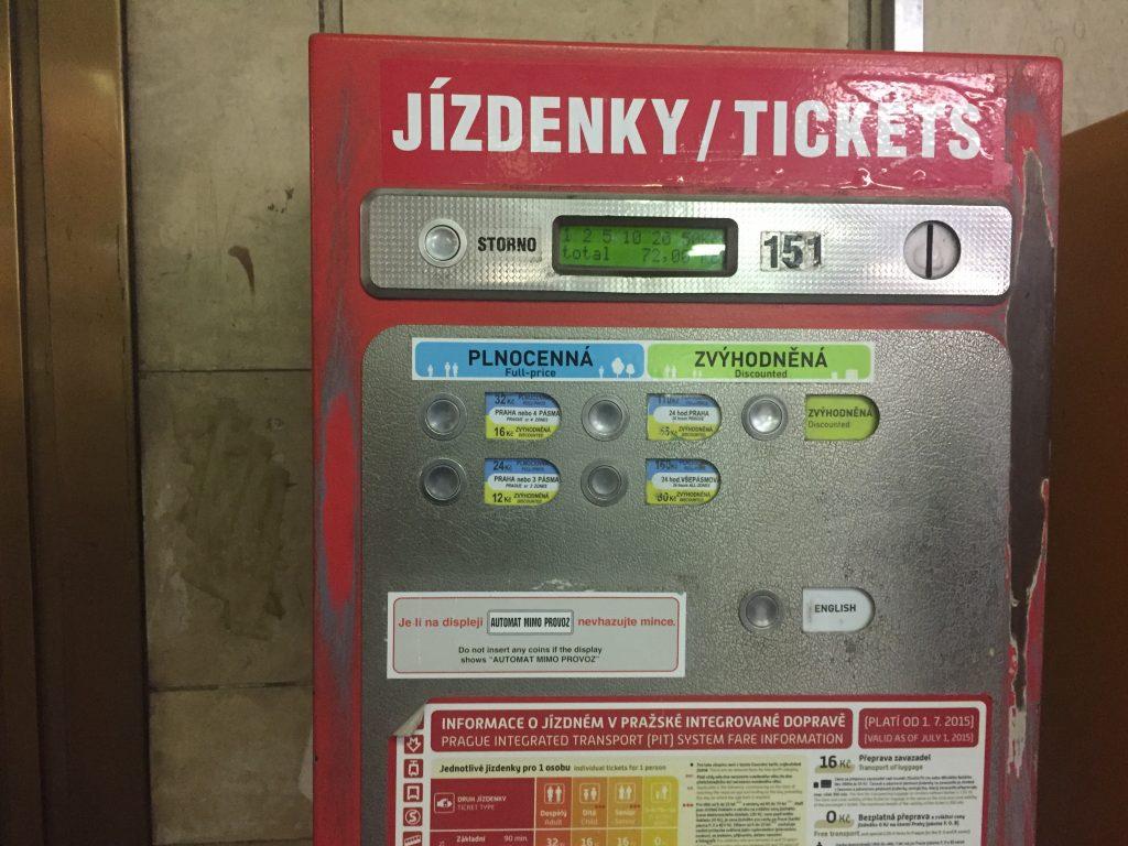 Máquina automática que vende tickets para o transporte público de Praga