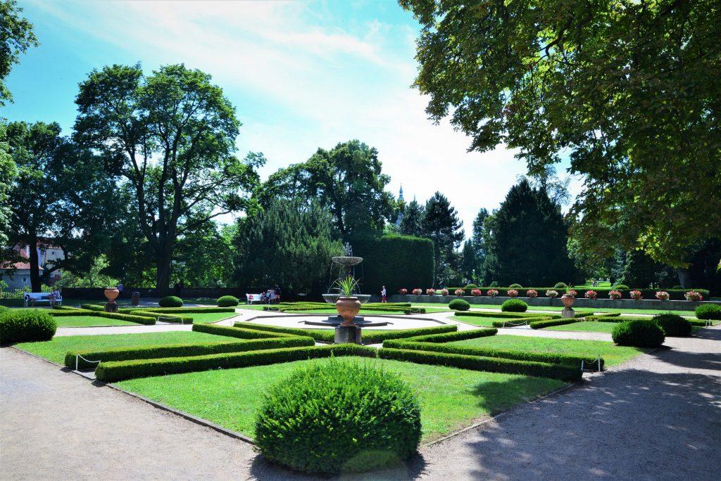 Jardim quadriculado bem cuidado de um palácio de Praga