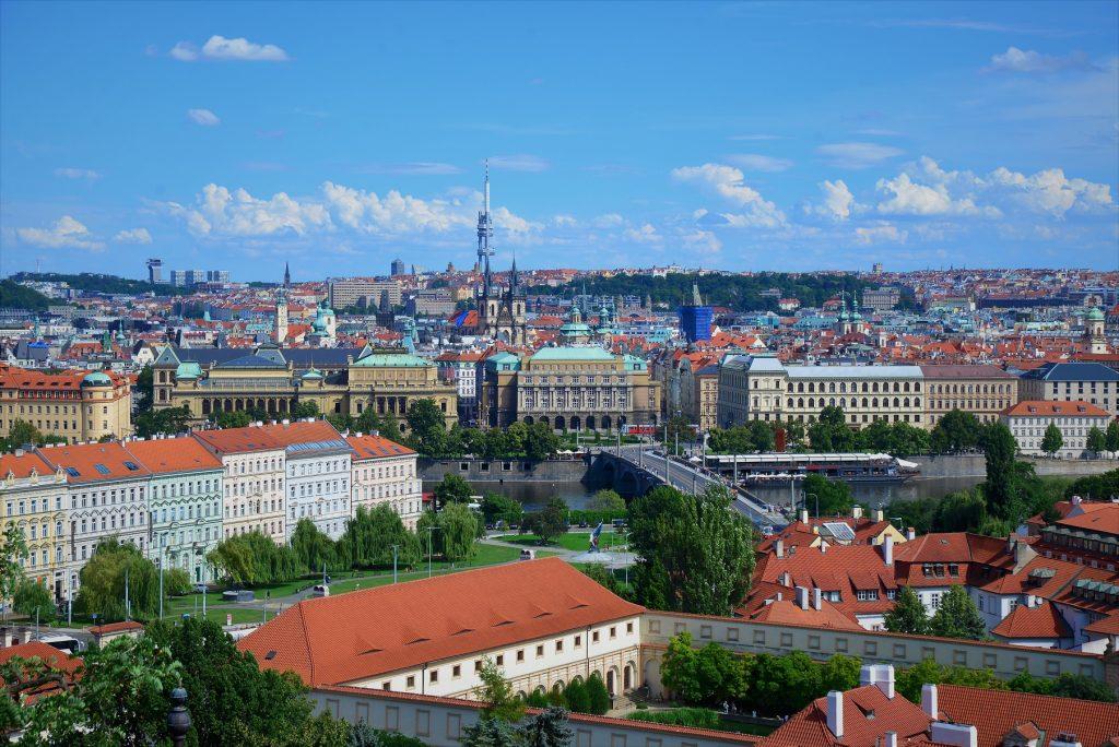 Skyline de Praga em um dia de verão com céu azul e poucas nuvens