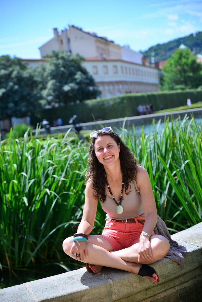 Raquel, autora do blog, nos jardins de Valdštejnský palác, palácio sede do Senado da República Tcheca