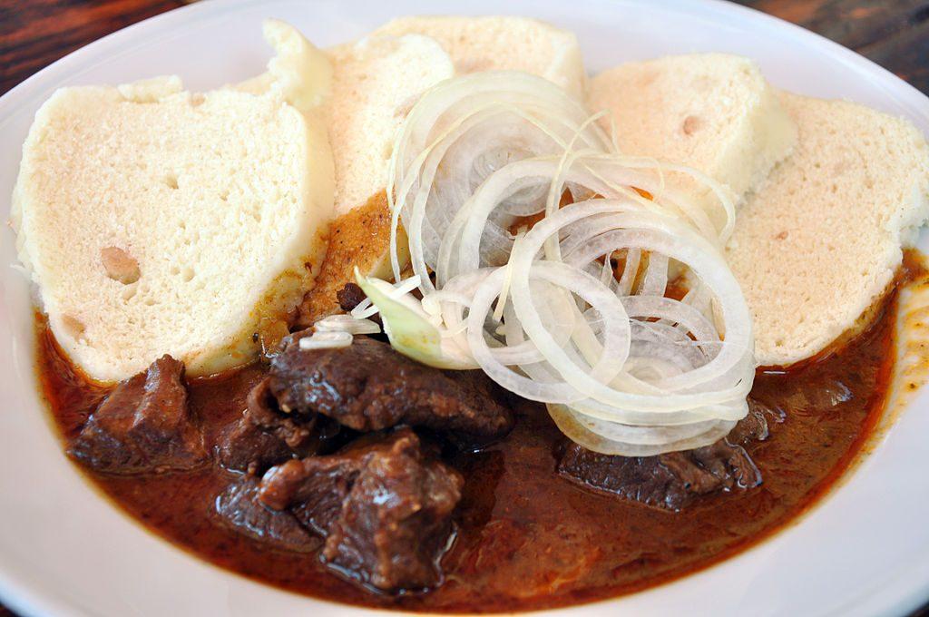 Prato típico tcheco: Carne de boi servida com molho e knedliks