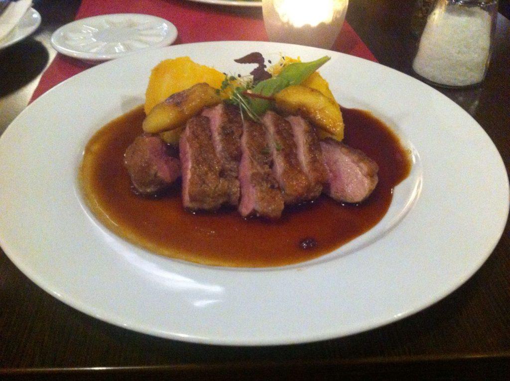Prato típico tcheco: carne de peito de pato grelhado com purê de girassol batateiro, também conhecido como tupinambo.