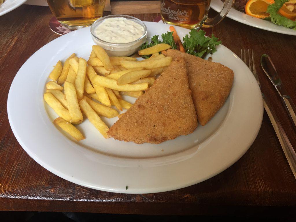 Queijo do tipo Edam, acompanhado de batata frita e salada. Prato típico tcheco: smažený sýr, que significa: smažený (frito) e syr (queijo).