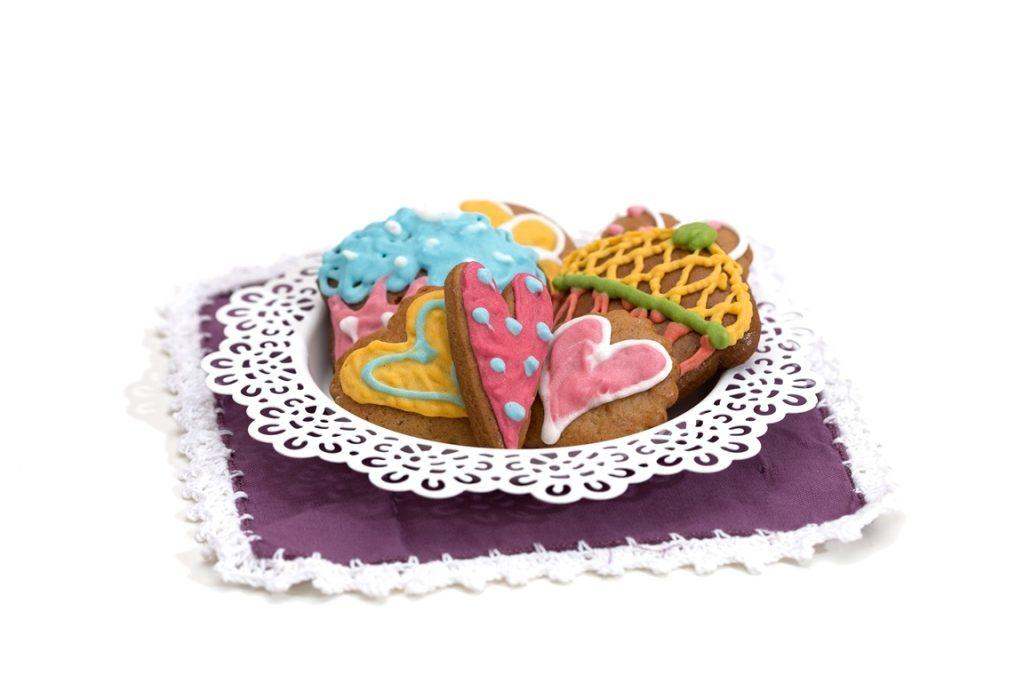 bolachinhas feitas de gengibre, mel e canela, decoradas com muito delicadeya em forma de coração