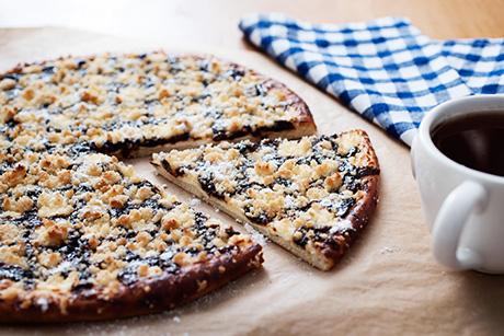 Torta doce em formato de pizza e massa fininha com recheio de frutas e açucar