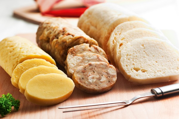 Bolinhos de pão ou batata recheados com carne, bacon ou presunto, que fazem parte da culinária tcheca