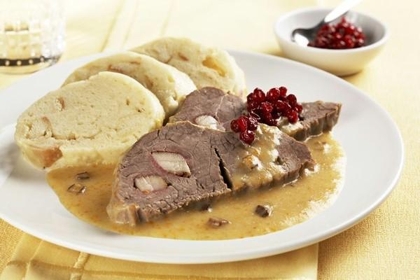 Prato típico da República Tcheca: carne bovina de boa qualidade, um molho consistente de verduras e knedlíky, que é uma espécie de massa de pão cortada em fatias médias e depois pré-cozida em água fervente por breves minutos.