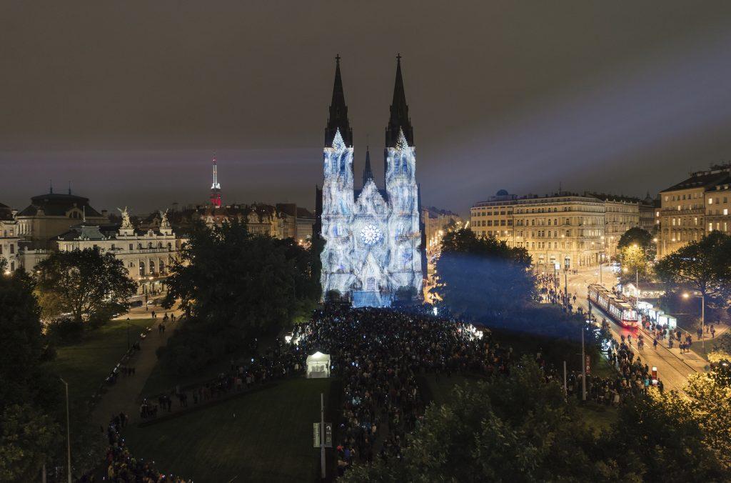Igreja da praça de Namesti Miro, em Praga, iluminada de forma diferente e criativa pelos artistas do Signal Festival