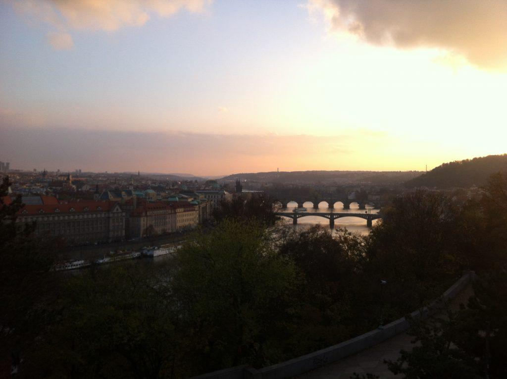 As cores de Praga no outono. Vista a partir do monumento do Metrônomo, no parque Letná.
