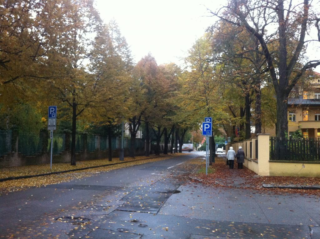 Ruas de Praga no outono com muitas folhas nas calçadas