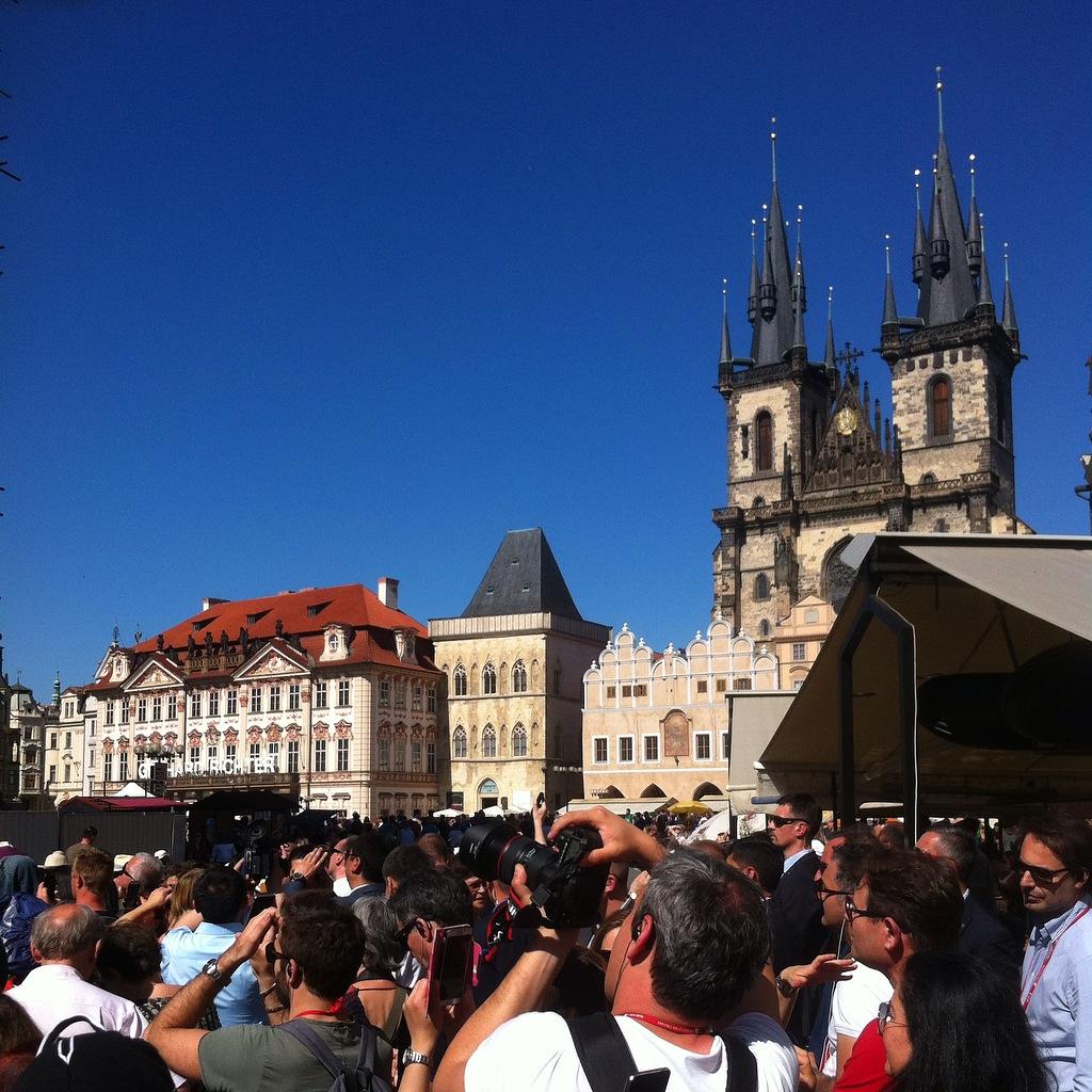 Concentração de gente a cada hora cheia desde às 9h até 23h em frente ao relógio astrônomico na Praça da Cidade Velha.