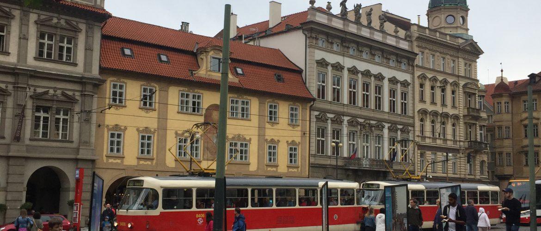 Movimento calmo na praça de Malostranské Námesti em uma tarde de sábado