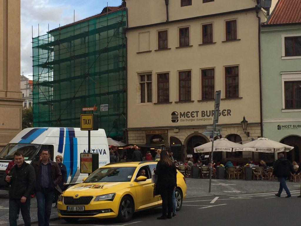Carro da empresa de taxi AAA parado no ponto de táxi, em Praga