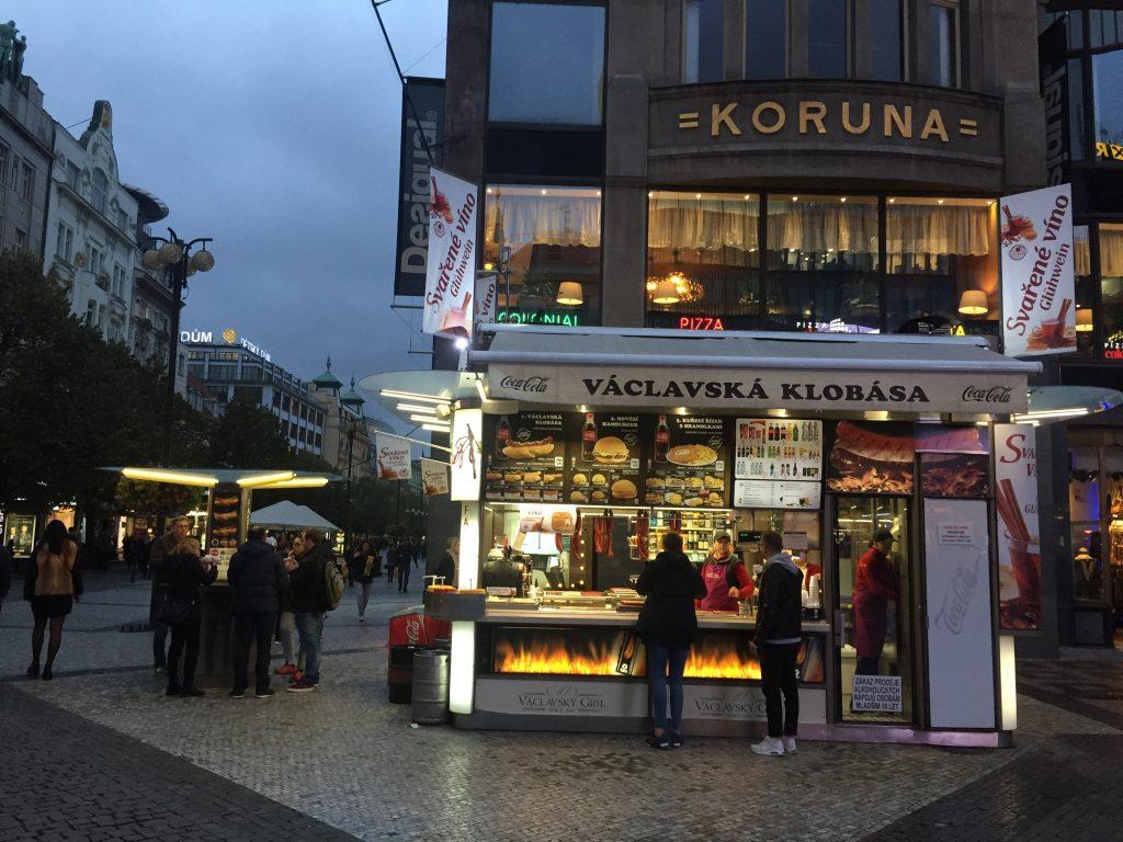 Quiosque na Avenida de São Venceslau, vendendo fast food tcheco