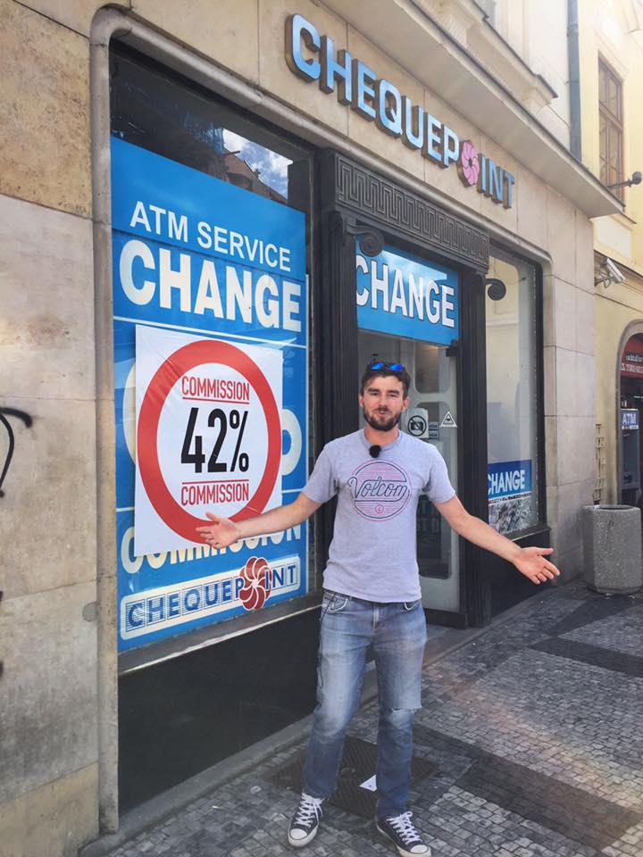 Janek é o rapaz que está na foto, alertando que, na verdade, esta casa de câmbio cobra 42% de comissão, ao invés de 0% como anunciam. Ele tem um canal no Youtube em inglês, dando várias dicas de Praga. Foto: Honest Guide @HonestPragueGuide