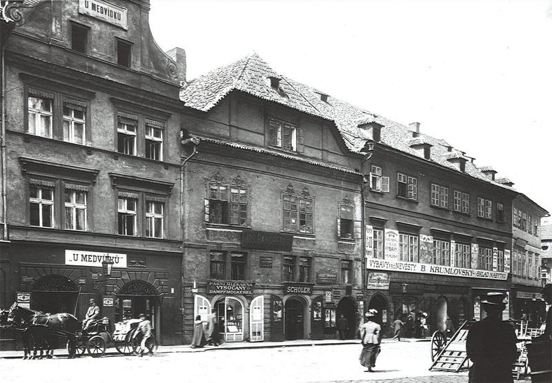 Imagem em preto e branco da fachada da cervejaria U Medvidku, local com mais de 500 anos de história