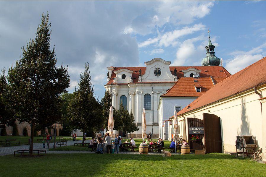 Área externa da cervejaria de Břevnov, considerada a mais antiga cervejaria da região da Boêmia, funciona dentro do mosteiro de mesmo nome.