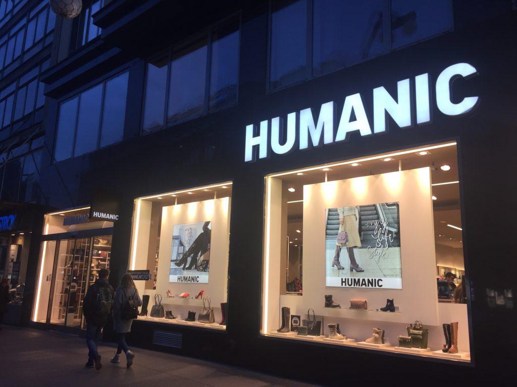 Fachada da loja de calçados Humanic, em Praga