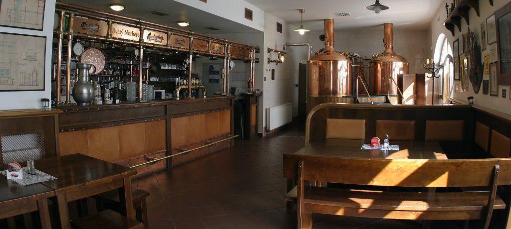 Hall de entrada da cervejaria de Strahov com dois tanques para armazenar a cerveja própria fabricada no local