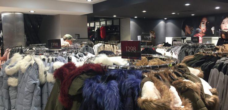 Araras com casacos de inverno na loja Gate, em Praga